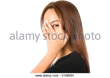 Portrait Asian Woman Standing à travers les doigts Banque D'Images
