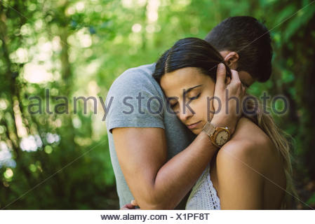 Jeune femme posant sa tête sur la poitrine de son petit ami Banque D'Images