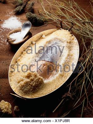 Le saumon en croûte de sel et ragoût d'artichauts Banque D'Images