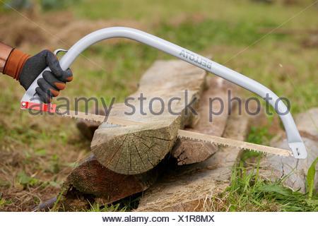 Farmer couper du bois avec scie archet scie m taux de l 39 agriculture et le jardinage outil - Couper bois avec meuleuse ...