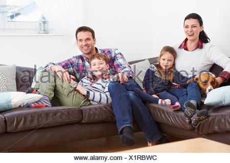 Détente en famille à l'intérieur regardent la télévision ensemble Banque D'Images