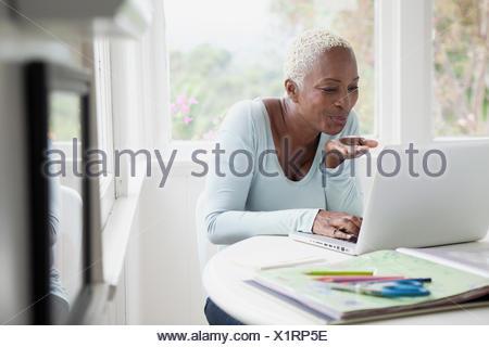 Middle aged woman blowing kisses au cours de chat en ligne Banque D'Images