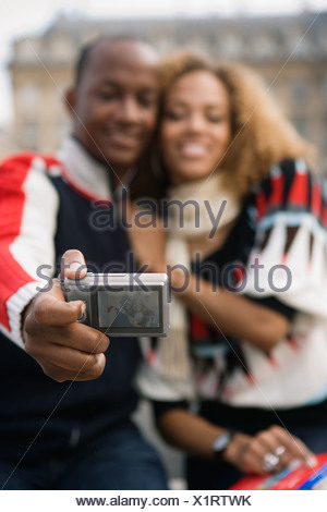 African couple taking own photograph Banque D'Images