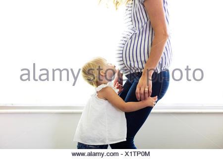 Fille (2-3) avec mère enceinte Banque D'Images