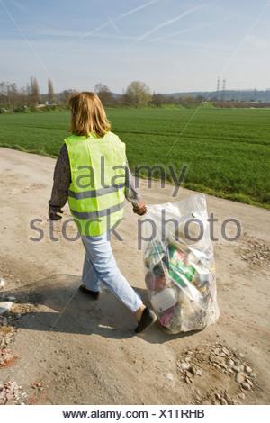 L'exécution volontaire de l'extérieur de la corbeille pleine poubelle Banque D'Images