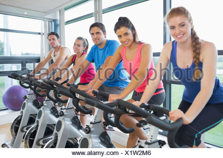 Cinq personnes working out at spinning class Banque D'Images