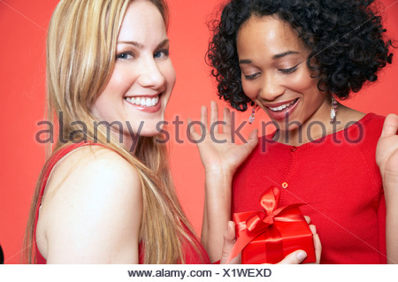 Woman giving gift to friend Banque D'Images