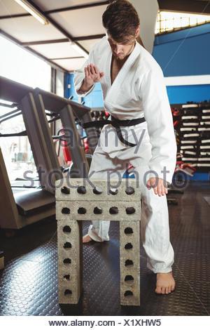 Karate dvd briser les blocs de béton Banque D'Images