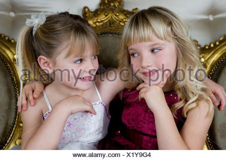 Deux amis en robe de mariée Banque D'Images