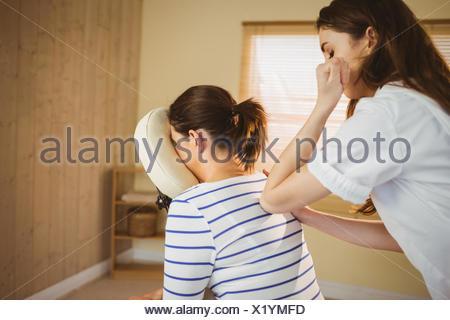 Young woman getting massage au président Banque D'Images