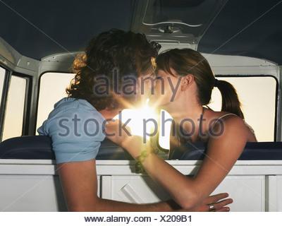 Couple sur le siège avant de camper van Banque D'Images