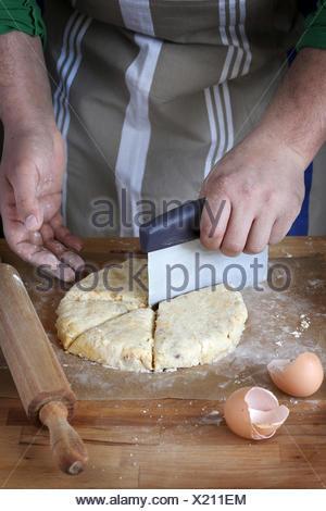 Faire cuire la préparation de scones Banque D'Images