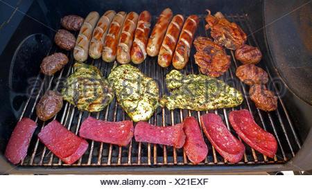 Faire griller de la viande sur le gril du barbecue Banque D'Images