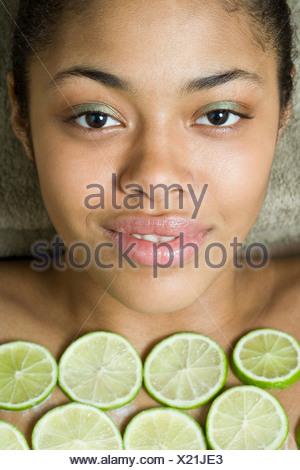 Une jeune femme ayant un traitement spa