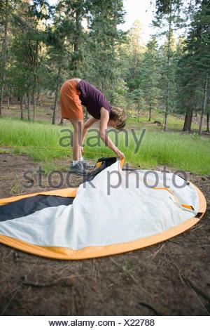 Une femme mise en place d'une tente Banque D'Images