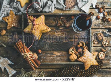 Verre de vin chaud en plateau en bois avec décoration de Noël des jouets, des biscuits au gingembre, les noix, la cannelle, l'anis, le sucre en poudre et Banque D'Images