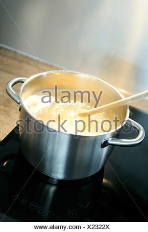 Développement d'une recette dans une casserole sur le feu Banque D'Images