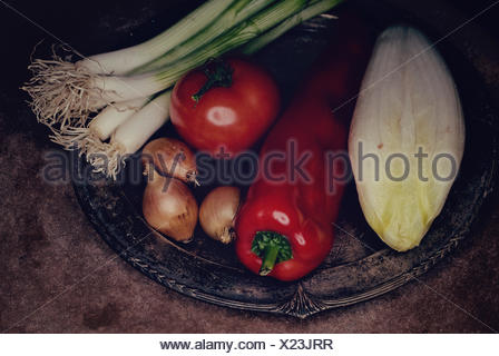 Légumes différents sur un vieux silver tray,Verschiedene Gemüse auf einem alten Silbertablett Banque D'Images