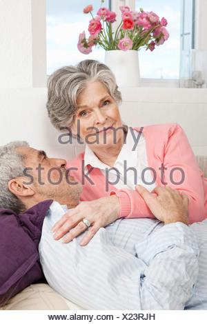 Droit allongé sur un canapé