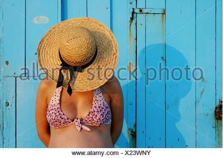 Femme enceinte portant un chapeau de paille Banque D'Images