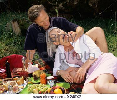 Couple enjoying panier repas. Banque D'Images