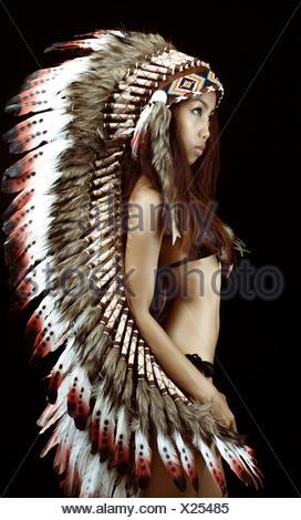 Studio shot of woman wearing panache traditionnel Banque D'Images
