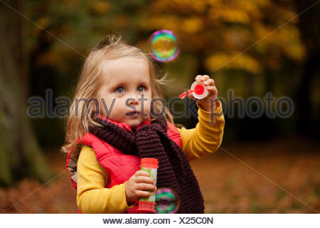 Young Girl Playing with bubble wand Banque D'Images