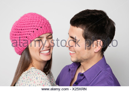 Laughing couple hugging Banque D'Images