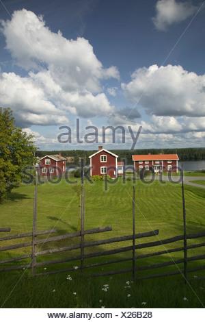 Maisons rouge par un lac Allemagne - Suède. Banque D'Images
