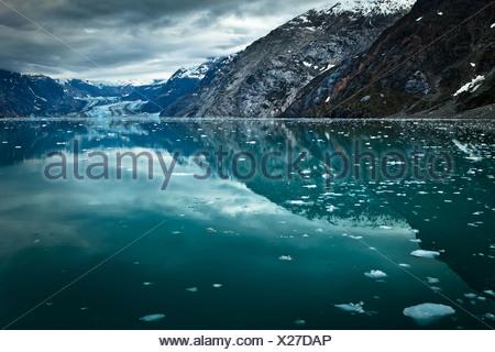 John Hopkins et Glacier Glacier Gilman et leurs réflexions sur l'entrée de l'Université Johns Hopkins, Glacier Bay National Park , Alaska Banque D'Images