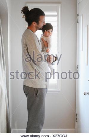 Un père tenant un jeune bébé. Banque D'Images