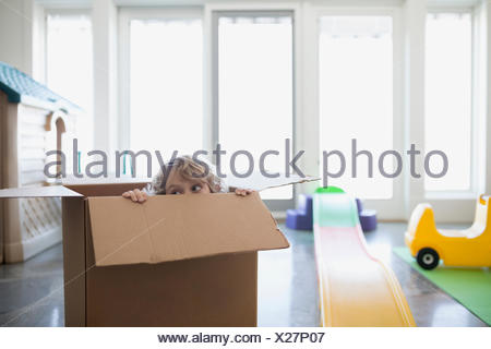 Boy hiding in cardboard box Banque D'Images