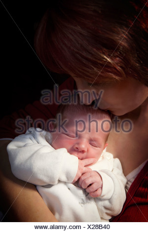 Mother holding her baby boy, 11 jours, Allemagne