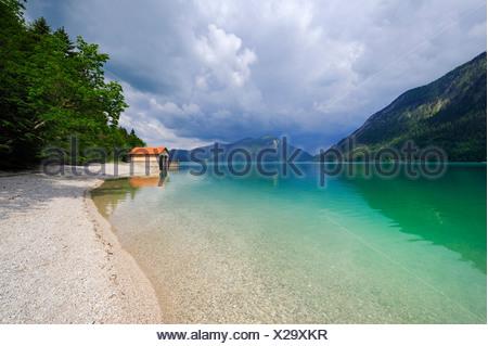 Bateaux sur le lac Walchensee, Mt. Jochberg sur l'horizon, district de Bad Toelz-Wolfratshausen, Bavaria, Germany, Europe Banque D'Images