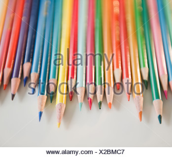 Studio shot de crayons de couleur dans la rangée Banque D'Images
