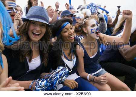 Des fans enthousiastes acclamations bleu en événement sportif bleachers Banque D'Images