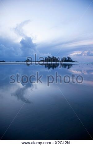 Nuages au coucher du soleil sur la plage de Chesterman et Frank's Island près de Tofino, Colombie-Britannique, Canada Banque D'Images