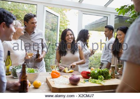 Les amis de la préparation en cuisine salade Banque D'Images