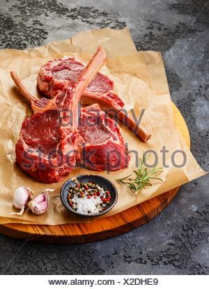 Côtes de Veau Viande frais Steak sur l'os et les épices sur fond sombre