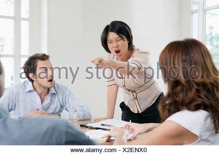 Femme criant à une réunion Banque D'Images