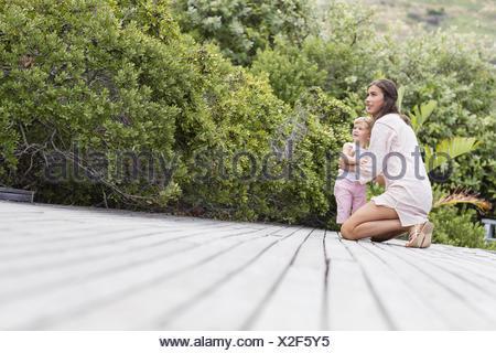Heureuse mère et son fils sur le pont de jardin Banque D'Images