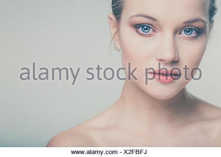 Belle jeune femme avec une peau parfaite et le visage (tons de couleur avec image ajouté grain) Banque D'Images