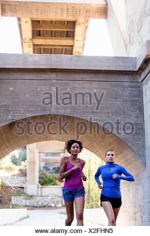Les coureurs s'exécutant sur pont, Arroyo Seco, Pasadena, Californie, USA Banque D'Images