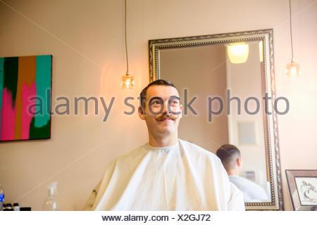 Jeune homme dans le salon de coiffure Banque D'Images