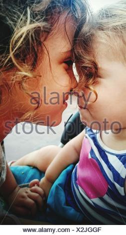 Portrait Of Boy embrassant Sœur Banque D'Images