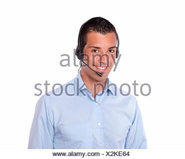 Portrait of a cute jeune homme parlant avec écouteurs pendant que vous sourit sur studio isolé. Banque D'Images