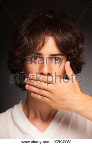 Adolescent part couvrant la bouche la censure silence Banque D'Images