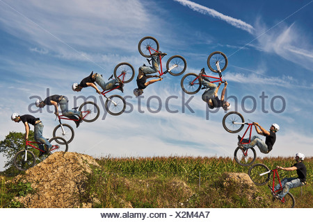 Man performing stunt sur vélo BMX, digital composite Banque D'Images
