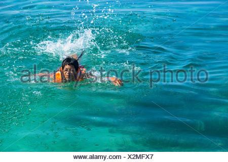 Teenage boy portant un gilet de nager dans la mer, l'île de Salakan, Semporna, Sabah, Malaisie Banque D'Images