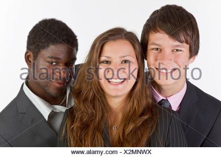 Portrait de trois jeunes hommes nice posant bras dessus bras dessous ... 8e3101cdfbe